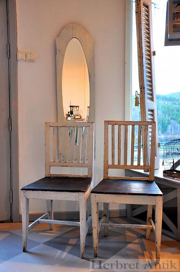 228 Två snarlika stolar 750 kr/st