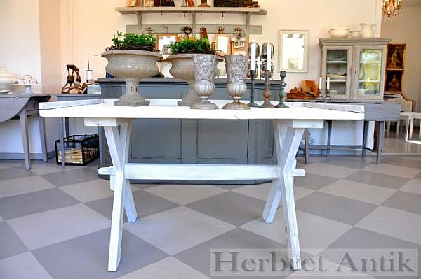 325 Bockbord med bakskiva 1600 kr
