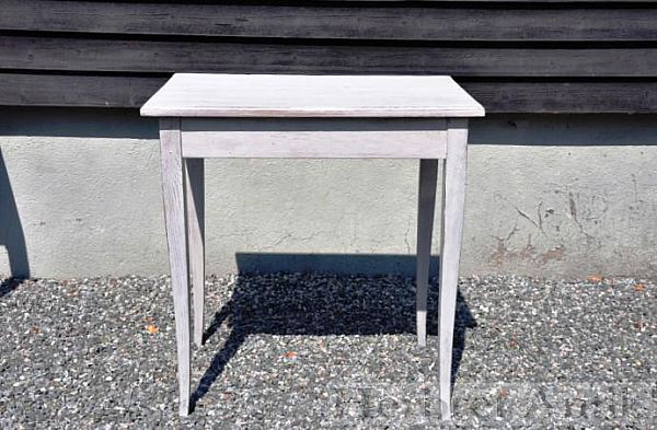 411 gråmålat bord 950 kr