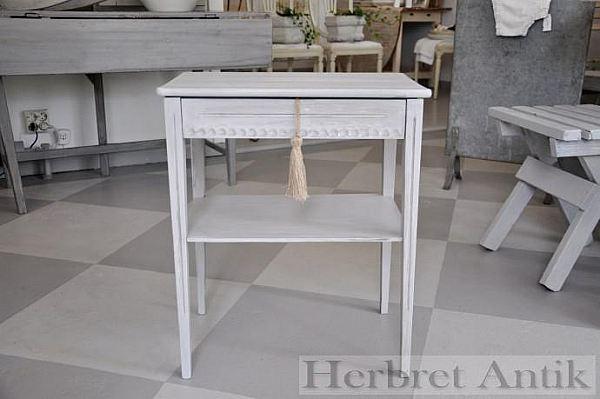 428 Litet bord med låda  950 kr