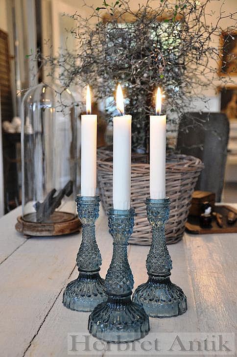521 Tre nytillverkade ljusstakar i tonat blått glas