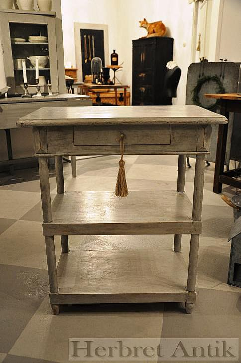 596 litet bord  (SÅLT)