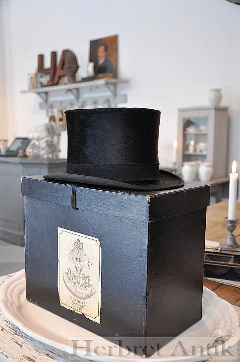 631 Hög hatt med låda