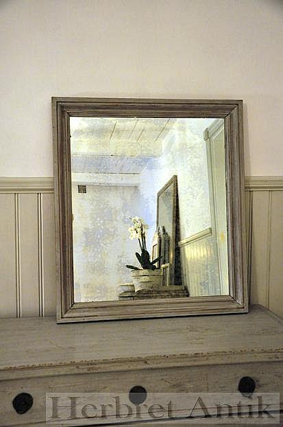 646 Stor gråmålad spegel  950 kr