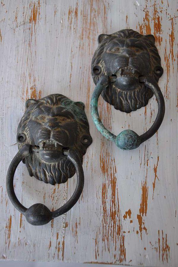 1223 Två dörrkläppar lejonhuvud  RESERVERADE