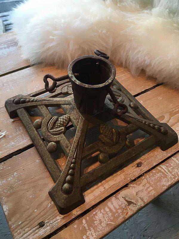 1298 Julgransfot i gjutjärn med kottar