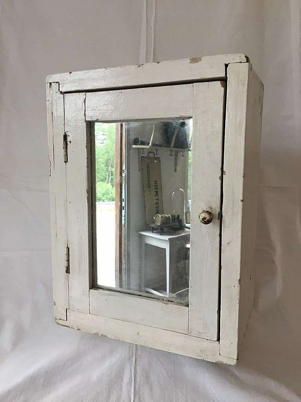 1607 Litet skåp med spegel