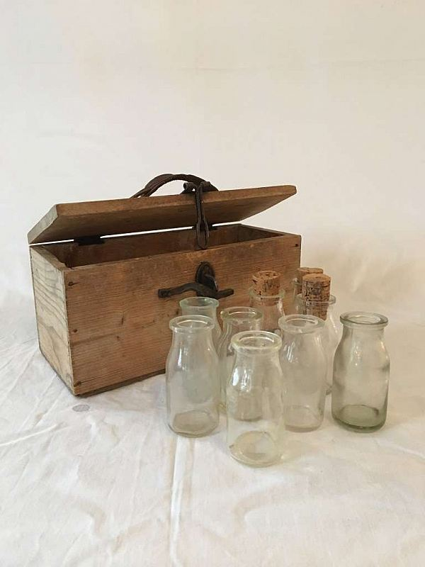 1725 Trälåda med flaskor  RESERVERAD
