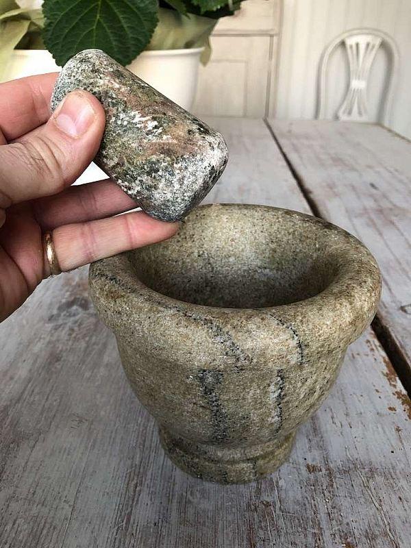 2210 Kryddmortel i sten med stöt